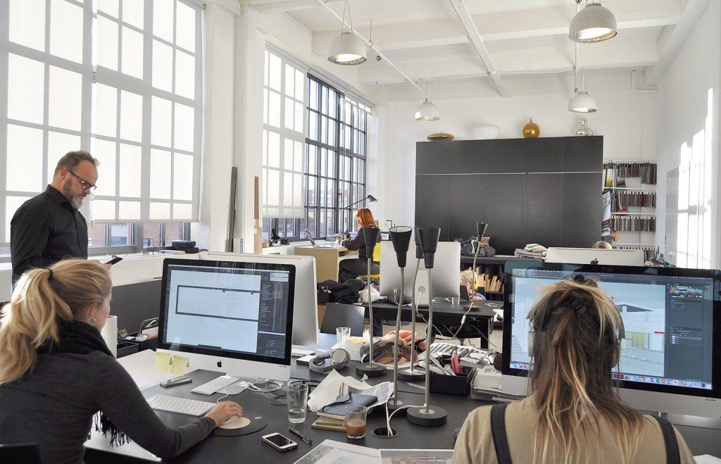 Arkitekter på arbejde på en tegnestue i Valby